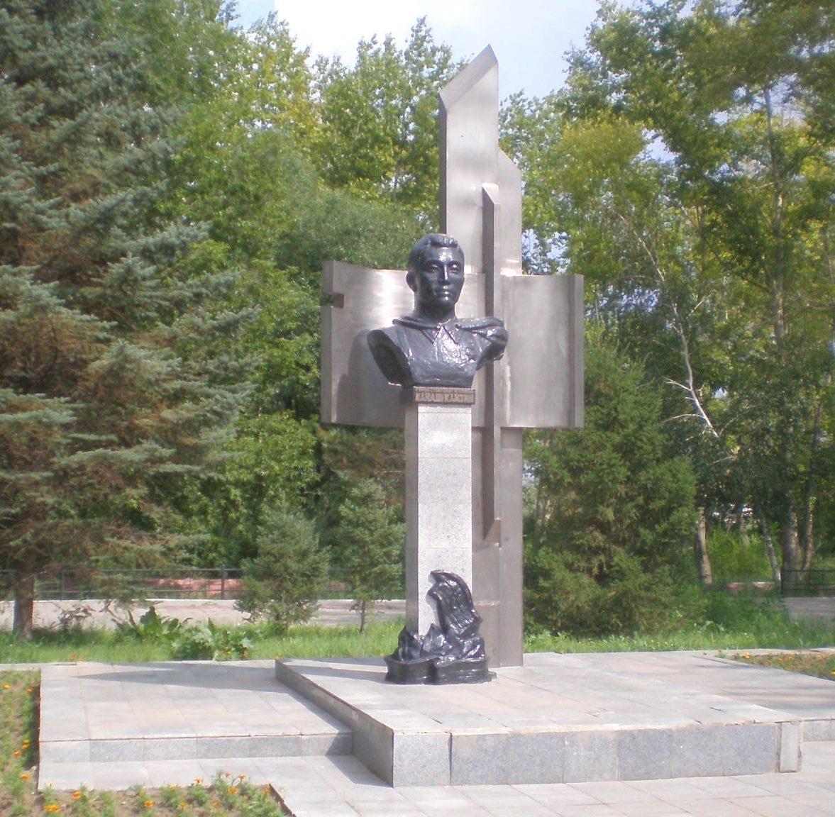 г. Павлодар. Памятник Герою Советского Союза Канашу Камзину, установленный недалеко от главной станции Павлодарской детской железной дороги, которая носила его имя.