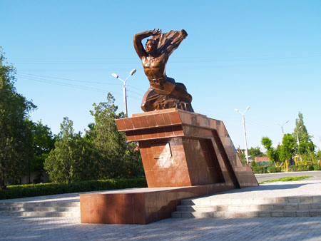 г. Тараз. Памятник Герою Советского Союза Агадилу Сухамбаеву, повторившему подвиг Александра Матросова в годы Великой Отечественной войны.
