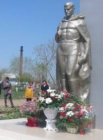 г. Павлодар. Памятник «Одинокий солдат», установлен на Аллее Славы в парке Победы в 2005 году в память о выпускниках школы №108, погибших в годы войны.