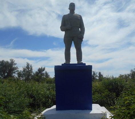с. Айдарлы Карасуского р-на. Памятник воину-освободителю по улице Советской, установлен в 1974 году возле здания школы.