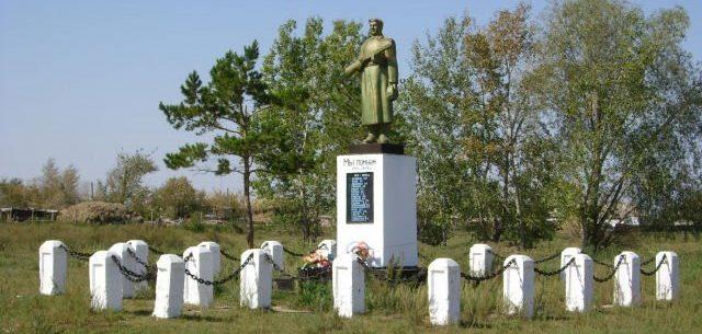 с. Ивановка Качирского р-на. Памятник Победы.