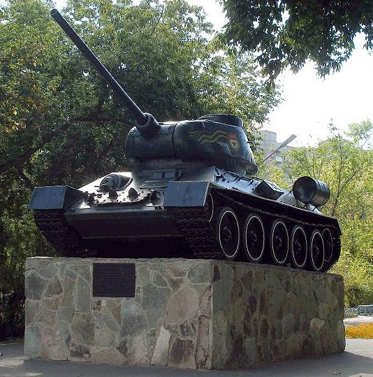 г. Павлодар. Памятный знак Танк Т-34, установленный в память о боевых и трудовых подвигах павлодарцев в Великой Отечественной войне.