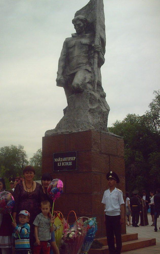 г. Шу. Алея Славы и памятник.