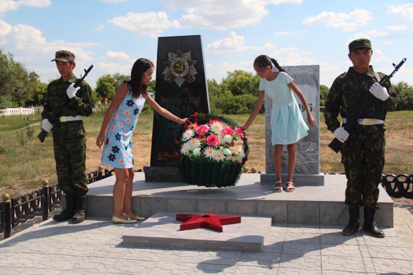 с. Московское Есильского р-на. Памятник защитникам Родины, открытый в 2017 году.