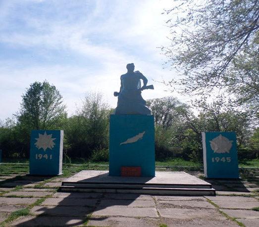 с. Жанатилек Урджарского р-на. Памятник воинам, павшим в Великой Отечественной войне.