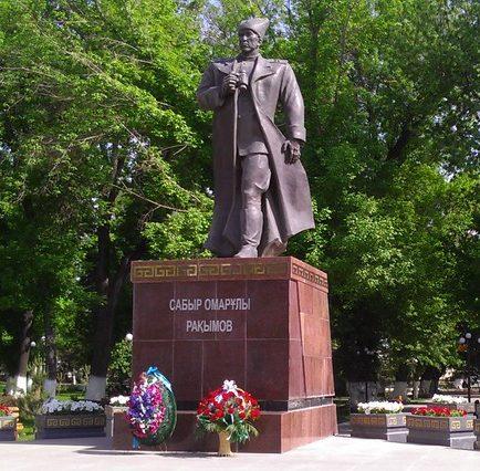 г. Шымкент. Памятник генералу С.Рахимову в парке Победы, установленный в 2012 году. Высота – 7 м.