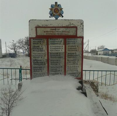 с. Борсенгир Улытауского р-на. Памятник воинам, погибшим в Великой Отечественной войне, установленный возле школы в 1995 году.