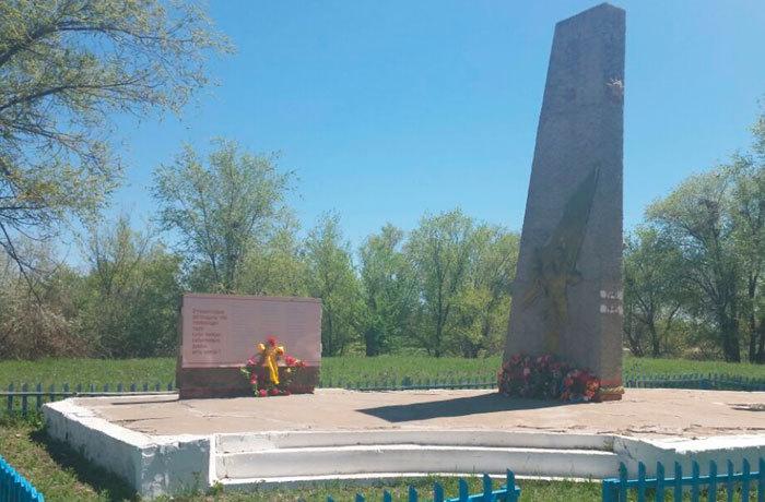 с. Елтай Урджарского р-на. Памятник воинам, погибшим в годы Великой Отечественной войны.