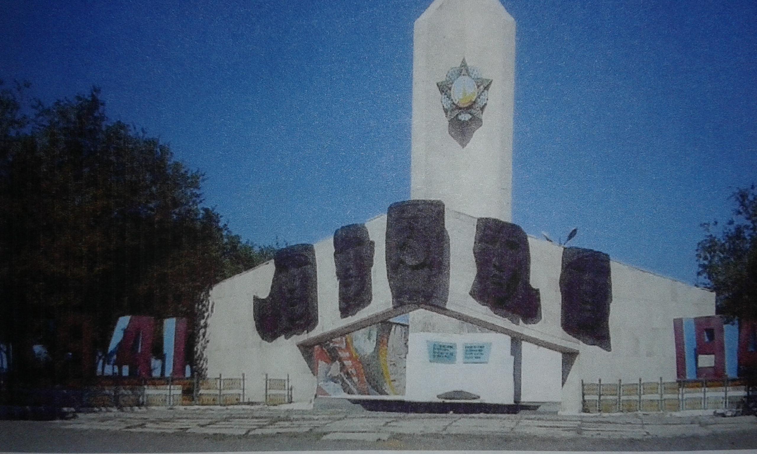 с. Жезды Улытауского р-на. Памятник воинам, погибшим в годы Великой Отечественной войне, был открыт в 1982 году. На мемориальных досках увековечены имена 689 воинов-земляков, не вернувшихся с войны.