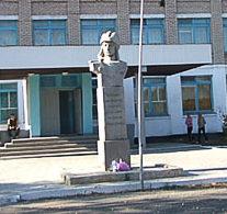 с. Явленка Есильского р-на. Бюст Герою Советского Союза Т.С. Позолотину.