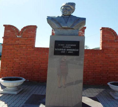с. Шемонаиха. Бюст Герою Советского Союза Б. Момышуле.