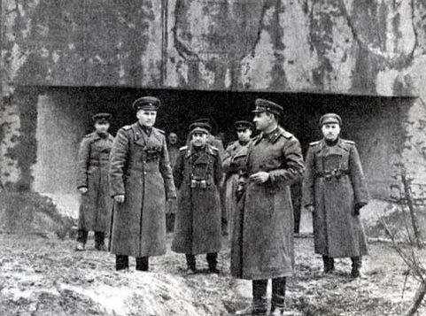 Командующий 1-й гвардейской армией генерал-полковник А.А. Гречко (в центре) с офицерами штаба армии на линии Арпада. 1944 г.