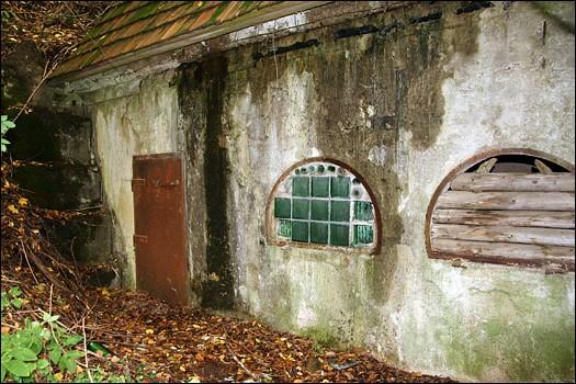 Один из бункеров перестроенный в подвал дома