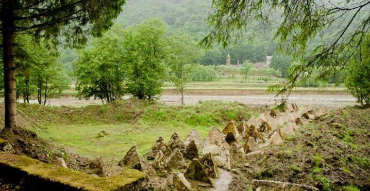 Противотанковые надолбы на берегу реки