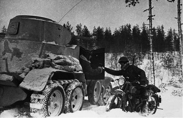 Мотоциклист передает боевое донесение экипажу бронеавтомобиля БА-10. Карельский перешеек, 1939 год.