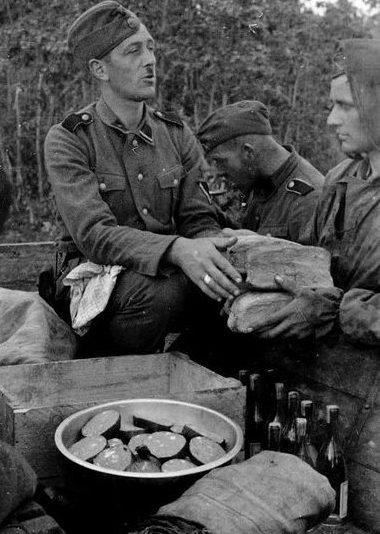 Выдача пайков. Легион СС «Нидерланды». 1942-й г.