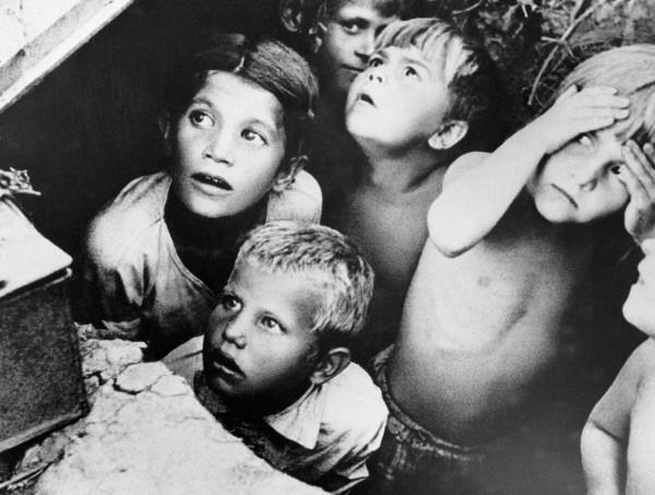 Дети во время бомбежки. Июнь, 1941 г.