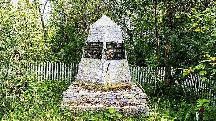 с. Широкий Луг Заринского р-на. Памятник односельчанам, погибшим в годы войны.