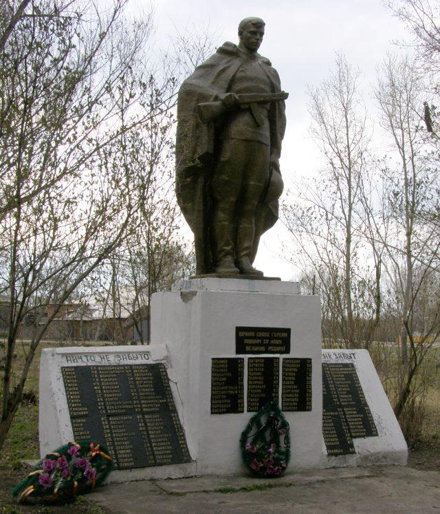 с. Гилево Локтевского р-на. Памятник участникам войны.