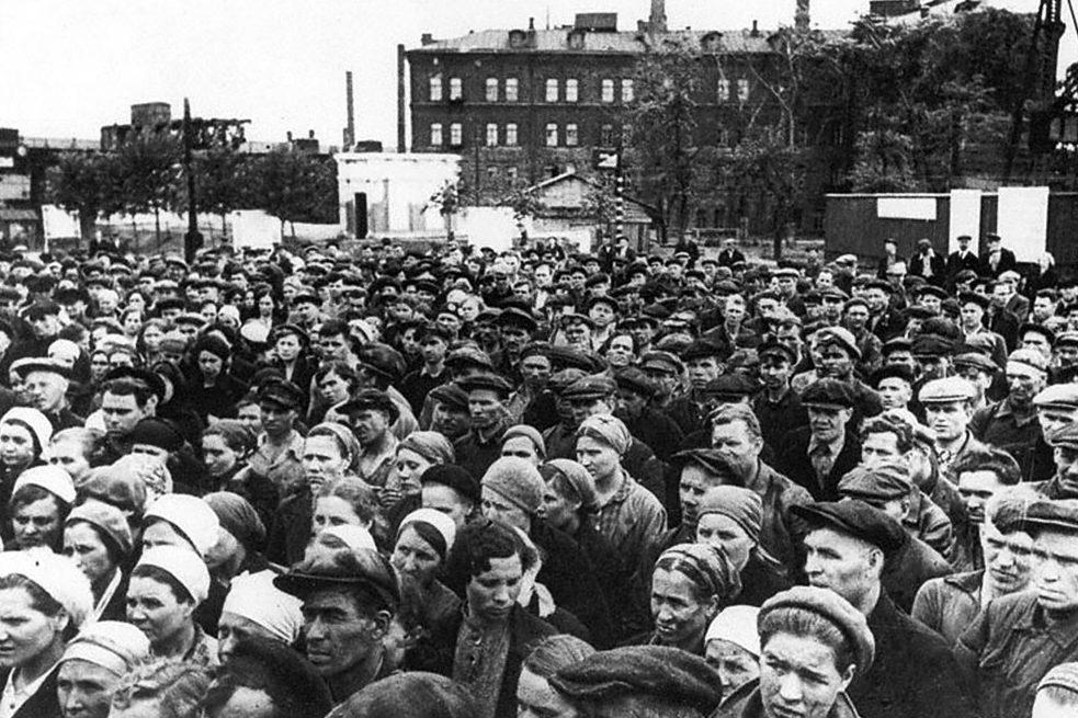 Рабочие завода «Серп и Молот» слушают заявление советского правительства о начале войны.. 22 июня 1941 г.