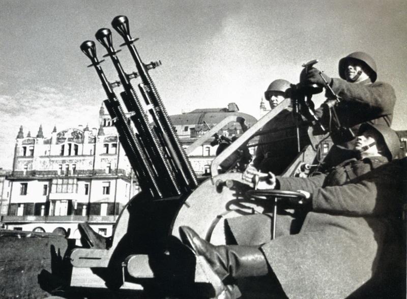 Зенитная установка (12,7-мм пулемета ДШК) на площади Свердлова у гостиницы «Метрополь». Осень, 1941 г.