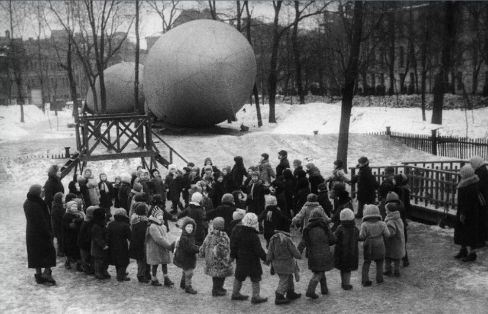 Дети играют в сквере у Петровских ворот. Зима, 1942 г.