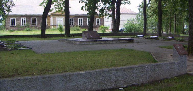 г. Варняй Тельшяйского р-на. Воинское захоронение в городском парке, где похоронен 71 воин, погибший в октябре 1944 года.