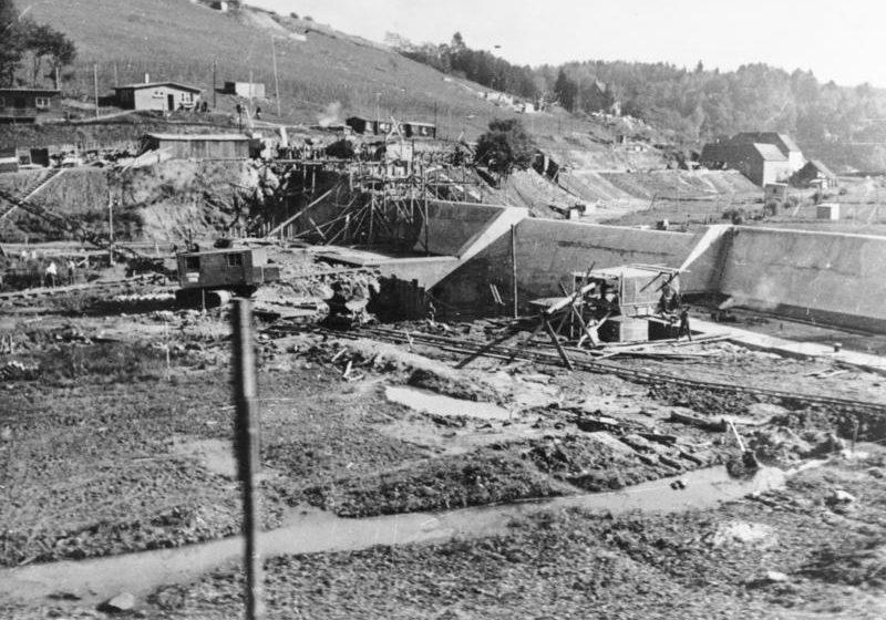 Строительство противотанковых препятствий в долине. Октябрь, 1938 г.