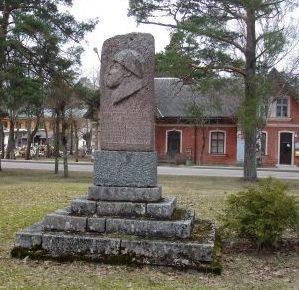 г. Айнажи, край Салацгривас. Памятник, установлен в 1948 году на воинской могиле по улице Крышьяня Валдемара, в которой похоронено 15 советских воинов, в т.ч. 2 неизвестных, погибших в годы войны.