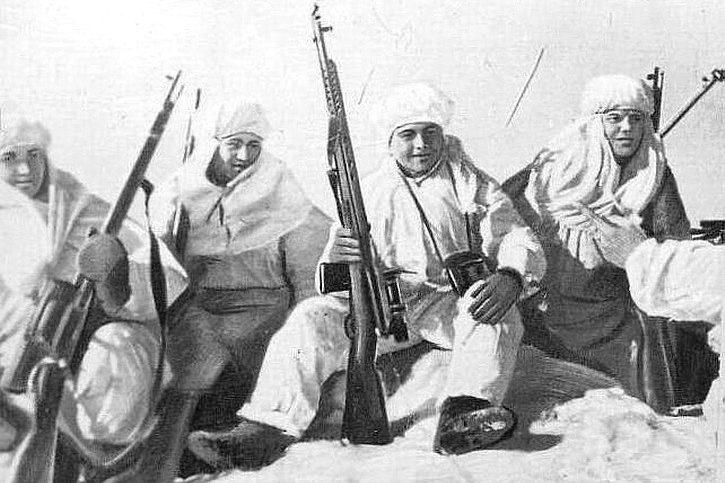Сержант Абасов Мамедали Исматович среди снайперов 63-й КБМП. Северный флот. Апрель 1943 г.