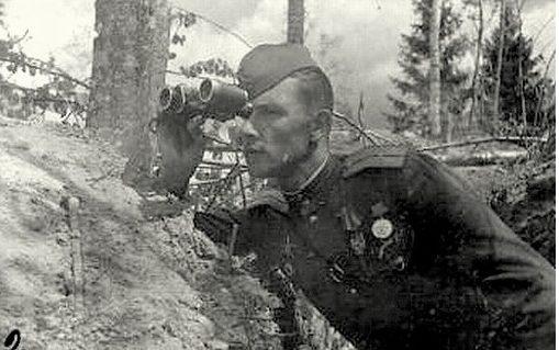 Старший лейтенант М. Ивасик ведет наблюдение за противником.