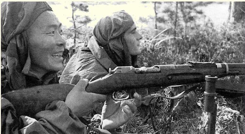 Снайперы С. Номоконов (слева) и Б. Канатов. Старая Русса, 1942 г.