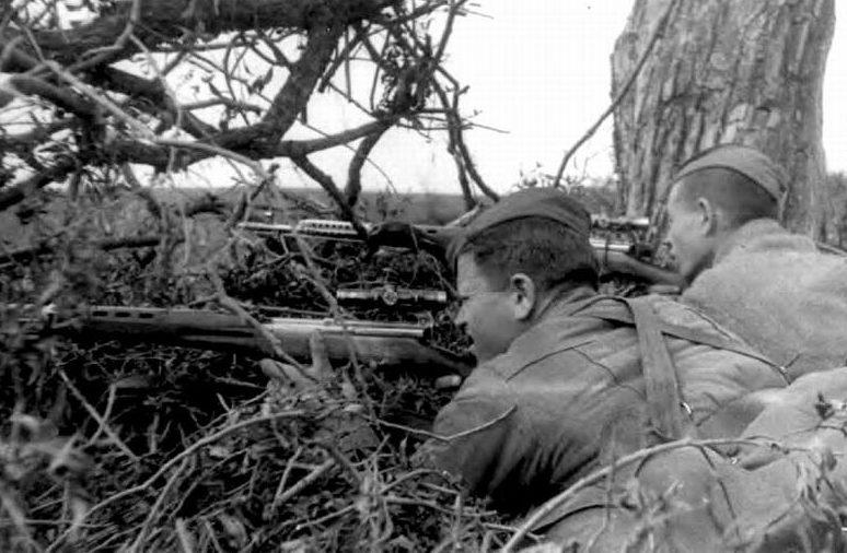 Сержант Федор Пехов со своим учеником Владимиром Михеевым на учебных стрельбах.