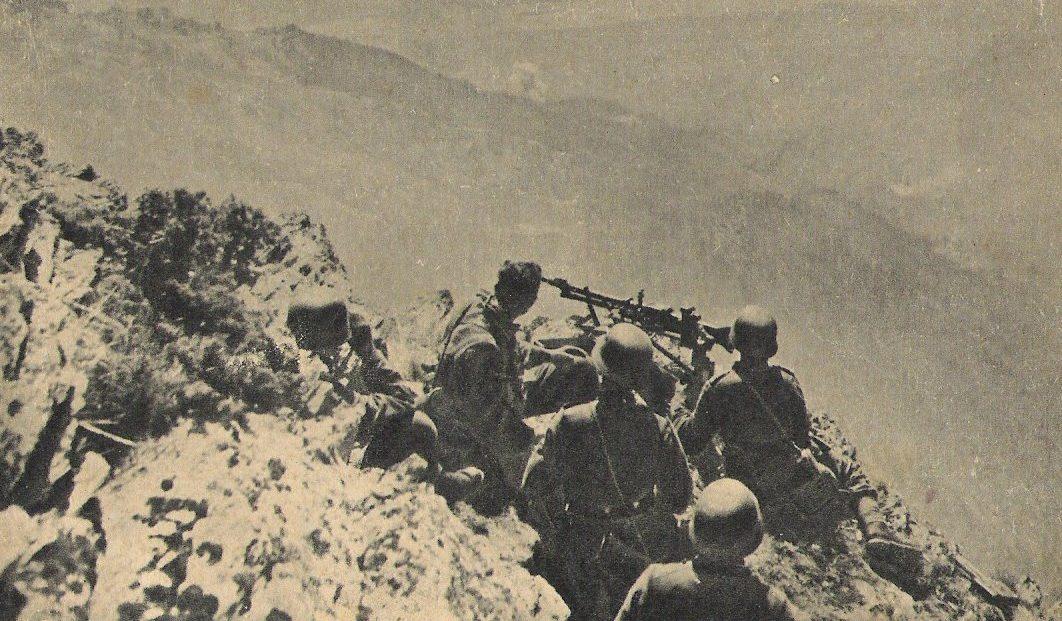 Немецкий пулемет ведет огонь по крепости.