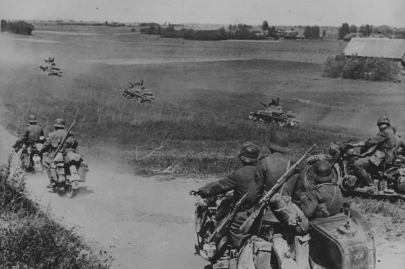 Атака мотопехоты. Прибалтика. 1941 г.