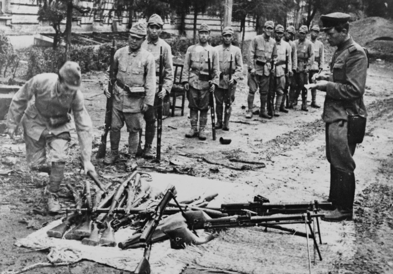 Японские солдаты сдают оружие советскому офицеру. 1945 г.