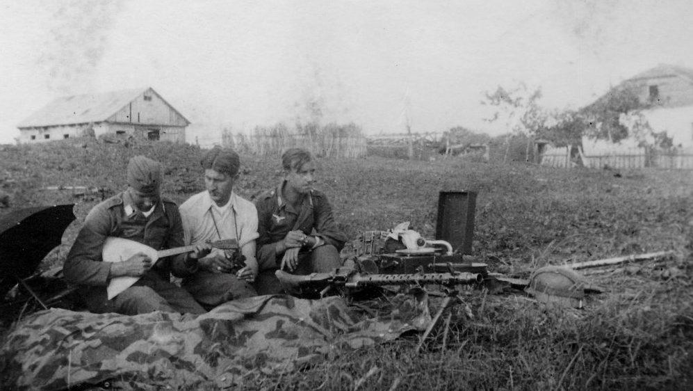Солдаты дивизии «Герман Геринг» у пулемета MG-34 на отдыхе.