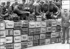 Немецкие саперы у вынесенной с музея Ленина взрывчатки и комплекта радиоуправляемого устройства. Спустя несколько месяцев такие же мины извлекут в Харькове. Сентябрь 1941 г.