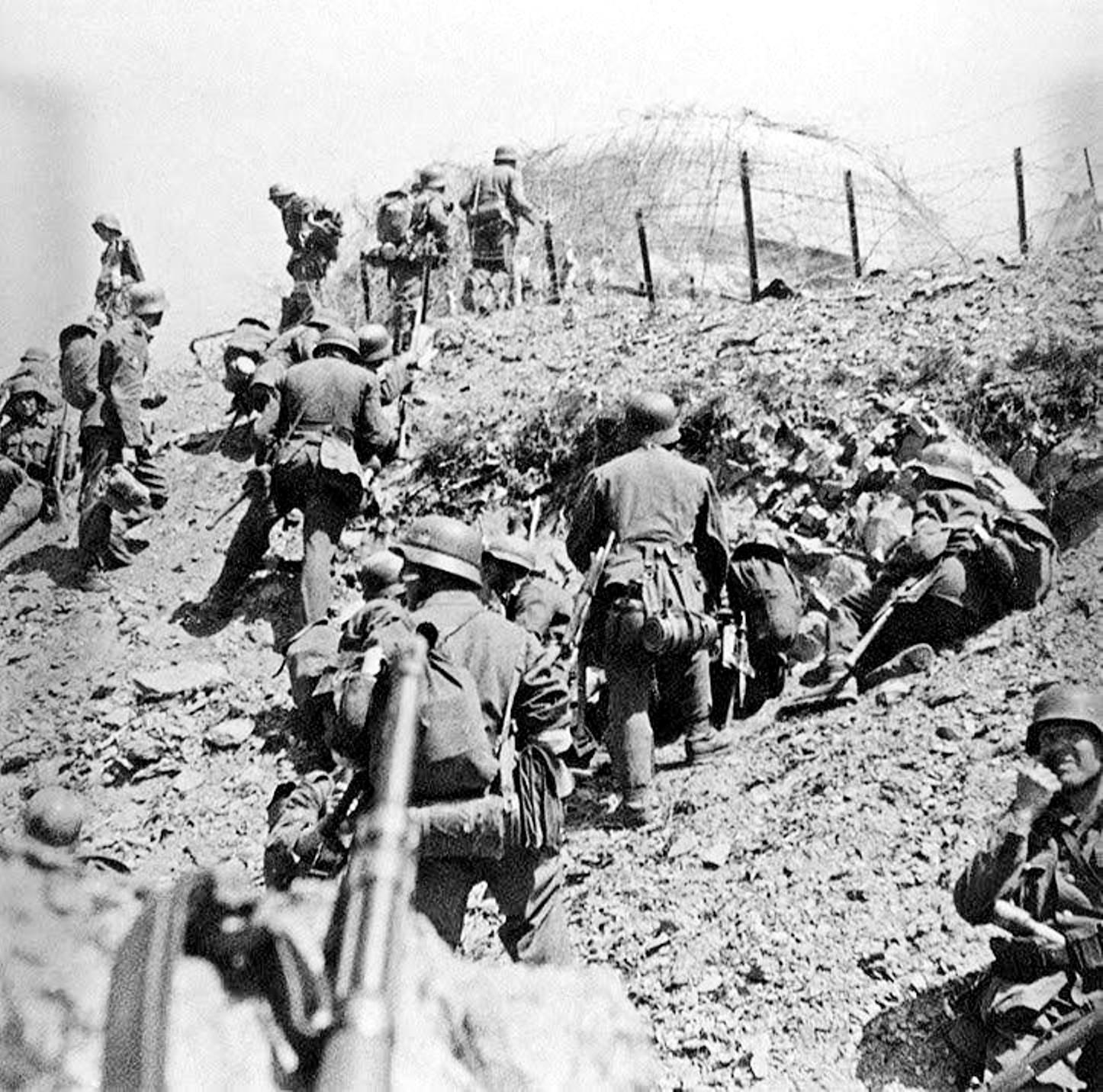 Немецкая пехота атакует форт
