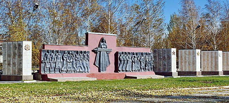 Многофигурное барельефное панно мемориала - «Скорбящая мать».