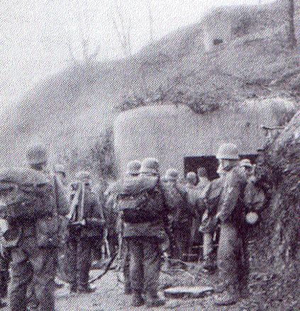 Немецкие солдаты у захваченного ДОТа.