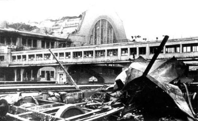 Железнодорожный вокзал. Частично вокзал был разрушен немецкими авианалетами и окончательно - отступавшими красноармейцами. 1941 г.