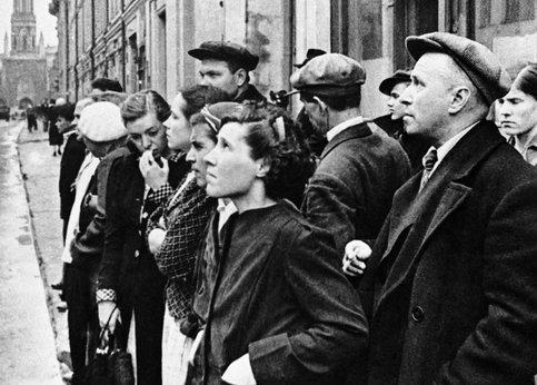 Москвичи слушают сообщение о нападении Германии. 22 июня 1941 г.