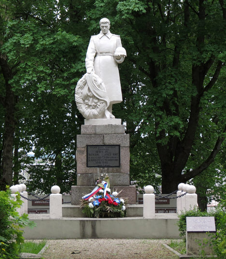 г. Тельшяй. Памятник на братской могиле воинов, погибших в годы войны.
