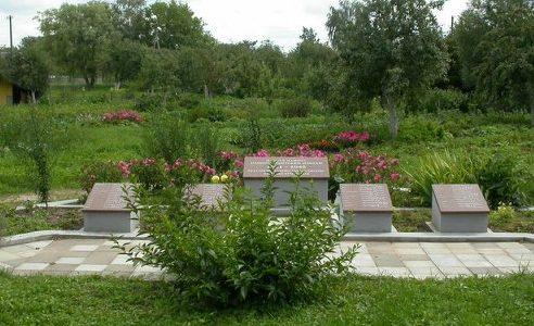 г. Йонишкис. Братская могила на лютеранское кладбище по улице Жагарес, где в 1992 году были перезахоронены останки 46 советских воинов, погибших в 1944 году.