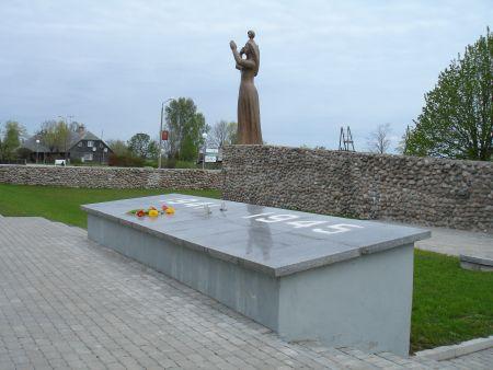 Памятник погибшим в войну и не вернувшимся из моря.