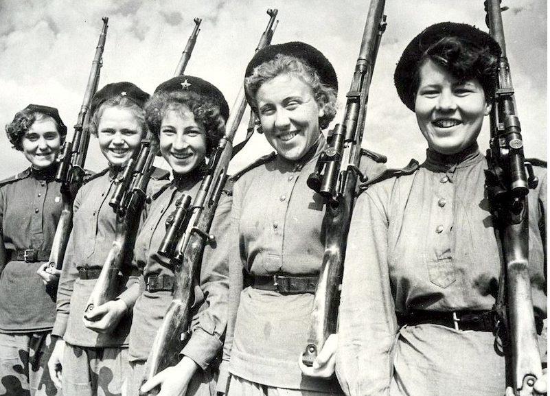 Снайперы, справа налево: М. Галеня, В. Драгунова, Л.Жаркова и А. Болтаева. 1944 г.
