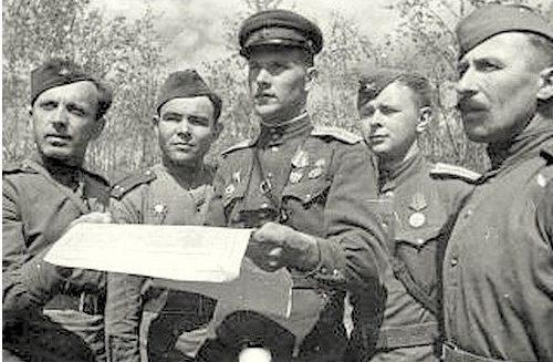 Старший лейтенант М. Ивасик (в центре) с офицерами. 1943 г.