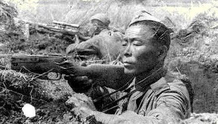 Снайпер старший сержант С. Номоконов на огневой позиции. 1943 г.
