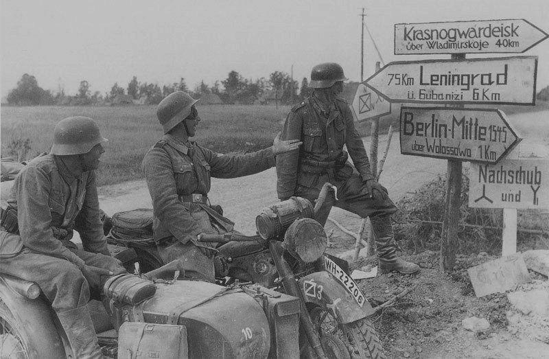 Мотоциклисты под Ленинградом. 1941 г.